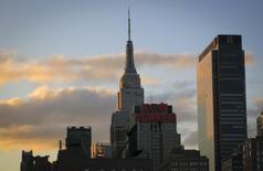 Vista de los rascacielos de Manhattan durante el atardecer en Nueva York. Imagen de archivo, 16 abril, 2014. Las empresas privadas en Estados Unidos contrataron trabajadores en noviembre a un ritmo acelerado y el sector de servicios creció con fuerza, lo que apunta a que la desaceleración mundial ha tenido un impacto limitado en la actividad de la mayor economía global. REUTERS/Carlo Allegri
