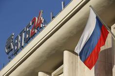 Логотип ВТБ на крыше здания в Москве 20 ноября 2014 года. Президент России Владимир Путин поддержал докапитализацию крупнейших банков за счет средств Фонда национального благосостояния (ФНБ), первым из которых может получить вливания ВТБ. REUTERS/Maxim Zmeyev