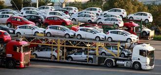 Carros novos são transportados em um caminhão cegonha em São Bernardo do Campo, São Paulo. 29/04/2014. REUTERS/Paulo Whitaker (BRAZIL= - Tags: TRANSPORT BUSINESS)