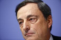 El presidente del Banco Central Europeo, Mario Draghi, en su conferencia mensual en Fráncfort, dic 4 2014. El Banco Central Europeo (BCE) mantuvo el jueves como se esperaba las tasas de interés en mínimos históricos mientras estudia si imprime dinero para comprar deuda pública y apuntalar la economía de la zona euro.                     REUTERS/Kai Pfaffenbach
