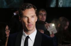 """El integrante del elenco Benedict Cumberbatch llega al estreno mundial de la película """"El Hobbit: La Batalla de los Cinco Ejércitos"""" en Leicester Square en el centro de Londres. 1 diciembre, 2014. El actor británico Benedict Cumberbatch ha resuelto casos como Sherlock Holmes, ha vivido el exilio como Julian Assange, salvó al Reino Unido de los nazis como Alan Turing y ahora encarnará al Doctor Strange en una nueva película de Marvel, anunció el jueves el estudio cinematográfico. REUTERS/Suzanne Plunkett"""