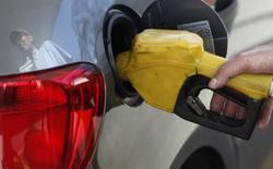 Frentista de posto de gasolina abastece um carro em São Paulo. 22/08/2013  REUTERS/Paulo Whitaker