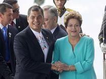 O presidente do Equador, Rafael Correa, cumprimenta a presidente Dilma Rousseff na inauguração da nova sede da Unasul, em Quito, no Equador, nesta sexta-feira. 05/12/2014 REUTERS/Gary Granja