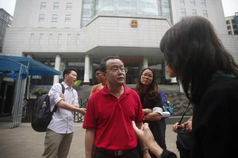 Labour lawyer Duan Yi (C), who is representing one of the defendants, speaks to the media outside a court in Guangzhou, Guangdong province, in this April 15, 2014 file picture.  REUTERS/John Ruwitch/Files