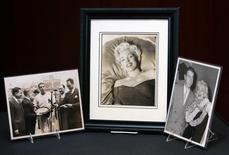 Photographies ayant appartenues à Joe DiMaggio. Une lettre adressée par le joueur de base-ball à Marilyn Monroe peu de temps avant leur divorce a été adjugée à 78.125 dollars (environ 64.000 euros) lors d'une vente d'effets ayant appartenu à l'actrice en Californie. /Photo d'archives/REUTERS/Brendan McDermid