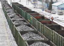 Вагоны с углем на станции Злобино в Красноярске 26 ноября 2014 года. Украина, столкнувшаяся с топливным кризисом, объявила о возобновлении поставок российского угля и повторно одобрила возможный импорт электричества из РФ, говорится на сайте украинского Минэнергоугля. REUTERS/Ilya Naymushin
