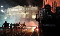Polícia em frente à casa de ópera La Scala, onde houve protestos, em Milão. 07/12/2014 REUTERS/Alessandro Garofalo
