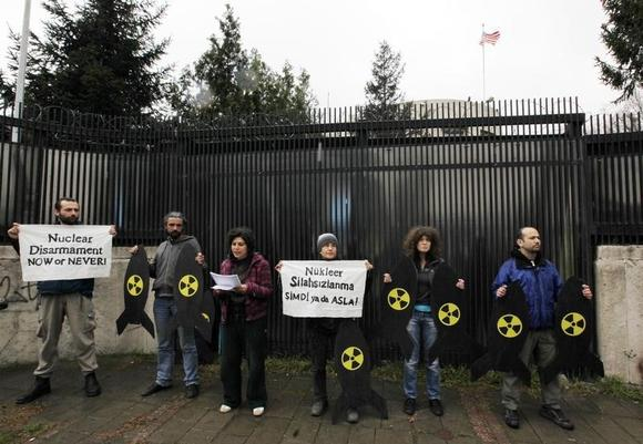 Peace activists demanding nuclear disarmament demonstrate in front of the U.S. Embassy to Ankara April 8, 2010.  REUTERS/Umit Bektas