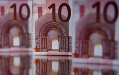 """Купюры евро в боснийском городе Зеница 26 апреля 2014 года. Евро упал к доллару до минимума более чем двух лет после того, как регулятор из Европейского центробанка сказал, что скупка государственных облигаций может быть полезна для решения проблемы """"масштабного"""" ослабления экономики еврозоны. REUTERS/Dado Ruvic"""