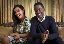 """Actors Chris Rock (R) and Rosario Dawson pose for a portrait while promoting their new film """"Top Five"""" in New York, November 22, 2014.  REUTERS/Mike Segar"""
