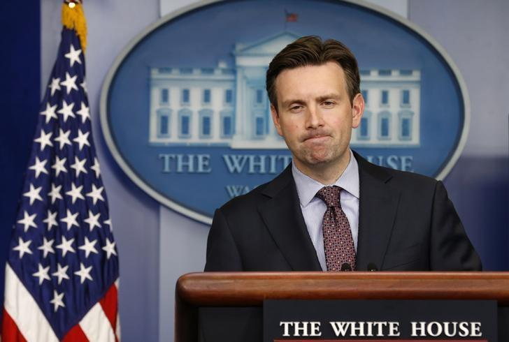 White House spokesman Josh Earnest answers a question about Ebola during a press briefing at the White House in Washington October 15, 2014. REUTERS/Kevin Lamarque