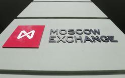 Вывеска у входа в здание Московской биржи 14 марта 2014 года. Российские акции продолжают существенное снижение, начавшееся накануне, и при открытии торгов во вторник. REUTERS/Maxim Shemetov