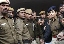 Policiais escoltam taxista acusado de estuprar passageira em Nova Délhi. 08/12/2014 REUTERS/Adnan Abidi