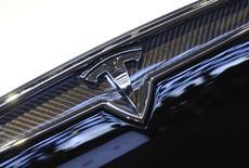 """Le constructeur de voitures électriques Tesla, à suivre mardi sur les marchés américains, a annoncé son implantation prochaine en Australie, avec l'ouverture avant la fin 2015 de """"Tesla Stores"""" et de centres de services à Sydney et Melbourne. /Photo d'archives/REUTERS/James Fassinger"""