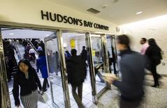 People walk into the Hudson's Bay Company (HBC) flagship department store in Toronto in this January 27, 2014 file photo.    REUTERS/Mark Blinch/Files