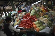 Unos vendedores en el mercado San Juan en Ciudad de México, mayo 14 2014. La inflación de México se desaceleró a un 4.17 por ciento a noviembre a tasa interanual, aliviada por los precios de los combustibles, algunos alimentos y servicios como la telefonía móvil, mostraron el martes cifras oficiales. REUTERS/Edgard Garrido