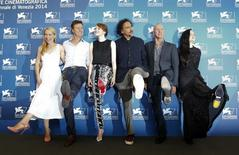"""Diretor Alejandro Iñarritu e atores Amy Ryan, Edward Norton, Emma Stone, Michael Keaton e Andrea Riseborough posam para foto em divulgação do filme """"Birdman"""" no Festival de Veneza. 27/08/2014 REUTERS/Tony Gentile"""