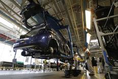 PSA Peugeot Citroën investira 150 millions d'euros environ sur la période 2015-2017 afin de moderniser son usine de Poissy (Yvelines) et de la spécialiser dans la production des citadines haut de gamme du groupe. /Photo prise le 15 mai 2013/REUTERS/Gonzalo Fuentes