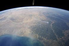 """Le Centre national d'études spatiales (Cnes) s'est associé au Projet Loon de Google visant à apporter internet à l'ensemble de la planète, grâce à un accord de partenariat sur les ballons stratosphériques. Le projet vise à couvrir grâce à une flotte de ballons les deux tiers de la population mondiale encore privés d'Internet, dans les """"zones blanches"""" que ne peuvent desservir les technologies existantes. /Photo d'archives/REUTERS/Nasa Earth Observatory"""