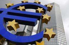 Una escultura del euro frente a la sede del Banco Central Europeo en Frankfurt. Imagen de archivo, 26 octubre, 2014.  El Banco Central Europeo obtuvo una respuesta tibia por parte de los bancos el jueves en su lucha por revitalizar a la débil economía de la zona euro, lo que sumó presión sobre los consejeros de BCE para que comiencen a imprimir dinero el próximo año a fin de comprar bonos soberanos. REUTERS/Ralph Orlowski