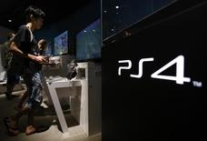 Sony va lancer sa Playstation 4 en Chine le 11 janvier au prix de 2.899 yuans (376 euros). /Photo prise le 16 juillet 2014/REUTERS/Yuya Shino
