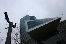 Les banques de la zone euro n'ont emprunté qu'un montant limité à la Banque centrale européenne (BCE) jeudi dans le cadre de sa deuxième opération de refinancement à plus long terme ciblée (TLTRO) et ce succès mitigé plaide pour de nouvelles mesures susceptibles d'inclure l'achat de dettes souveraines. /Photo prise le 4 décembre 2014/REUTERS/Kai Pfaffenbach