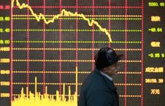 Investidor em frente ao um painel com informações sobre ações em uma corretora de Huaibei, na província de Anhui, China. 11/01/2013. REUTERS/Stringer