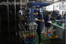 La production industrielle a augmenté moins que prévu en novembre en Chine avec une croissance de 7,2% sur un an, selon les statistiques officielles. Les ventes au détail ont progressé de 11,7%, un taux légèrement supérieur au consensus de 11,5%. /Photo d'archives/REUTERS/Aly Song