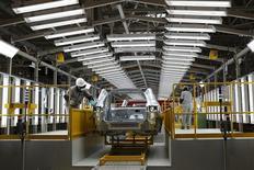 Empleados trabajan en la línea de producción de un automóvil en una planta en Changshu. Imagen de archivo, 21 octubre, 2014. La economía de China mostró nuevas señales de debilidad en noviembre, cuando el crecimiento de la actividad fabril se ralentizó más que lo esperado y la expansión de la inversión se ubicó cerca de un mínimo en 13 años, aumentando la presión para que las autoridades anuncien medidas de estímulo más agresivas.  REUTERS/Aly Song