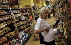 Cliente escolhe uma garrafa de azeite em um supermercado de São Paulo. 10/01/2014. REUTERS/Nacho Doce