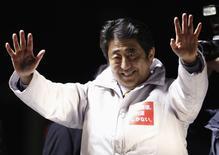 Le Premier ministre japonais, Shinzo Abe, ldevrait remporter dimanche une large victoire aux élections législatives, qu'il présente comme un référendum sur sa politique économique, mais ce nouvel élan est loin d'assurer qu'il donne la priorité aux réformes structurelles. /Photo prise le 12 décembre 2014/REUTERS/Yuya Shino