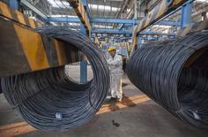 Un trabajador revisa un rollo de acero en una planta en Lianyungang. Imagen de archivo, 11 octubre, 2014.  La producción de acero crudo de China cayó un 6,25 por ciento en noviembre frente a octubre, golpeada por recortes en las regiones del norte, mostraron el viernes datos de la oficina de estadísticas del país. REUTERS/China Daily