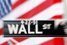 La Bourse de New York a ouvert en baisse vendredi, pénalisée par le nouveau recul des cours du pétrole, la baisse des prix producteurs aux Etats-Unis en novembre et une production industrielle chinoise moins bonne que prévu.  Dans les premiers échanges, l'indice Dow Jones perdait 0,39%. Le Standard & Poor's 500, plus large, recule de 0,39%et le Nasdaq Composite cède 0,28%. /Photo d'archives/REUTERS/Lucas Jackson