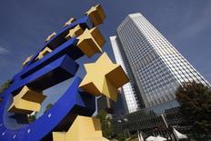 Una escultura del euro vista frente a la sede del Banco Central Europeo en Frankfurt. Imagen de archivo, 29 septiembre, 2014.  El Banco Central Europeo dio su respaldo inicial a los planes de 13 bancos para abordar déficits de capital descubiertos en recientes evaluaciones, dijo el viernes. REUTERS/Ralph Orlowski