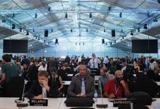 Delegados durante un break en una sesión plenaria de la Cumbre de Cambio Climático de la ONU (COP 20) en Lima, 12 de diciembre de 2014. Los países de Latinoamérica, que participan en una cumbre sobre el cambio climático de Naciones Unidas esta semana, fueron criticados por sus planes para incrementar drásticamente la producción de petróleo. . REUTERS/Enrique Castro-Mendivil
