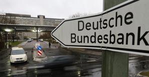 Un letrero visto en las afueras del banco central alemán en Frankfurt. Imagen de archivo, 4 febrero, 2013. El banco central alemán, el Bundesbank, dijo el lunes que tendría que recortar su pronóstico de la inflación del 2015 si se sostienen los recientes declives de los precios del petróleo. REUTERS/Kai Pfaffenbach