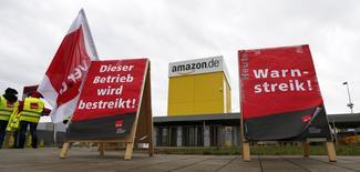 Devant l'entrée de l'entrepôt d'Amazon de Graben, près d'Augsbourg. Les employés de plusieurs entrepôts d'Amazon en Allemagne ont entamé lundi une grève de trois jours en exigeant une revalorisation de leurs salaires et de leurs conditions de travail. /Photo prise le 15 décembre 2014/REUTERS/Michaela Rehle