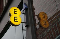 BT va annoncer des négociations exclusives avec Orange et Deutsche Telekom en vue d'une alliance avec EE dans le mobile, selon trois sources. L'opération devrait valoriser EE à 12 milliards de livres sterling (15,12 milliards d'euros), selon l'une des sources. /Photo prise le 26 novembre 2014/REUTERS/Suzanne Plunkett