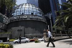 Imagen de archivo del centro bursátil de Ciudad de México, ago 28 2014. Los mercados financieros latinoamericanos se hundieron el lunes ya que las preocupaciones por la caída de los precios del petróleo hicieron que los inversores huyeran hacia la seguridad del dólar, mientras el rublo colapsaba ante la posibilidad de nuevas sanciones de Estados Unidos contra Rusia. REUTERS/Tomas Bravo
