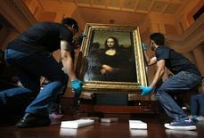 """Obra conhecida como """"Mona Lisa anterior"""" é preparada para exposição em Cingapura. 12/12/2014 REUTERS/Edgar Su"""