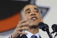 Президент США Барак Обама на военном аэродроме в Лейкхерст 15 декабря 2014 года. Президент США Барак Обама до конца недели, как ожидается, подпишет принятый Конгрессом закон, который вводит новые санкции против России и допускает поставки летальных вооружений Украине, сообщил Белый дом. REUTERS/Larry Downing