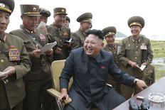 Лидер Северной Кореи Ким Чен Ын на испытаниях ракеты в Пхеньяне 15 августа 2014 года. Россия пригласила лидера Северной Кореи Ким Чен Ына на майское празднование Дня победы в Великой отечественной войне, что может стать первым заграничным визитом Кима с момента прихода к власти в 2011 году, сообщила японская газета Asahi Shimbun. REUTERS/KCNA
