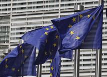 La Commission européenne a demandé mercredi à chacun des 28 Etats membres de l'Union de lui fournir des précisions sur les accords fiscaux conclus avec des entreprises entre 2010 et 2013, élargissant ainsi son enquête sur les pratiques fiscales des multinationales. /Photo d'archies/REUTERS/Thierry Roge