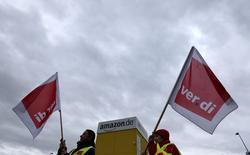 Les employés de certains entrepôts d'Amazon vont poursuivre la grève qu'ils mènent depuis lundi pour obtenir une revalorisation des salaires et des conditions de travail. Le syndicat des services Ver.di a lancé cette grève de trois jours dans cinq des neuf centres de distribution d'Amazon-Allemagne, mouvement auquel s'est associé mardi un sixième entrepôt. Mercredi, plus de 2.600 employés suivaient le mouvement. /Photo prise le 15 décembre 2014/REUTERS/Michaela Rehle