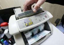 Le rouble a regagné du terrain mercredi après deux jours de chute libre, soutenu par les pressions du gouvernement sur les exportateurs pour qu'ils n'accumulent pas leurs devises et par la promesse de nouvelles mesures de stabilité financière de la banque centrale russe. REUTERS/Ilya Naymushin