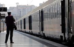"""La SNCF va """"retravailler"""" son guide accompagnant les nouvelles tenues de ses agents et leur livrant des astuces beauté, qui a suscité de vives réprobations, notamment de syndicats de cheminots. /Photo prise le 12 juin 2014/REUTERS/Jean-Paul Pélissier"""