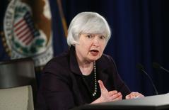 La présidente de la Réserve fédérale américaine Janet Yellen. La Fed a clairement laissé entendre mercredi qu'elle s'apprêtait à relever ses taux d'intérêt dans le courant de l'année prochaine. /Photo prise le 17 décembre 2014/REUTERS/Kevin Lamarque