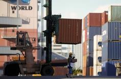 Les exportations du Japon ont progressé de 4,9% sur un an en novembre, troisième mois consécutif de hausse, selon le ministère des Finances. /Photo prise le 17  décembre 2014/REUTERS/Thomas Peter