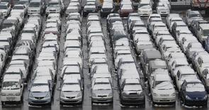 """Port de Yokohama. La fédération japonaise des constructeurs automobiles JAMA estime qu'un """"sentiment de crise"""" pèse sur le secteur, la faiblesse inattendue des ventes sur le marché intérieur traduisant selon elle l'échec des politiques de relance du gouvernement de Shinzo Abe. /Photo d'archives/REUTERS/Kim Kyung-Hoon"""
