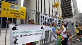 Manifestantes na frente do prédio da Petrobras em São Paulo. 16/12/2014 REUTERS/Paulo Whitaker